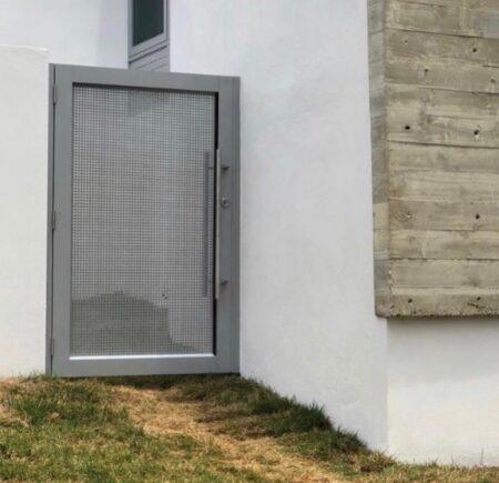 porton exterior en aluminio gris
